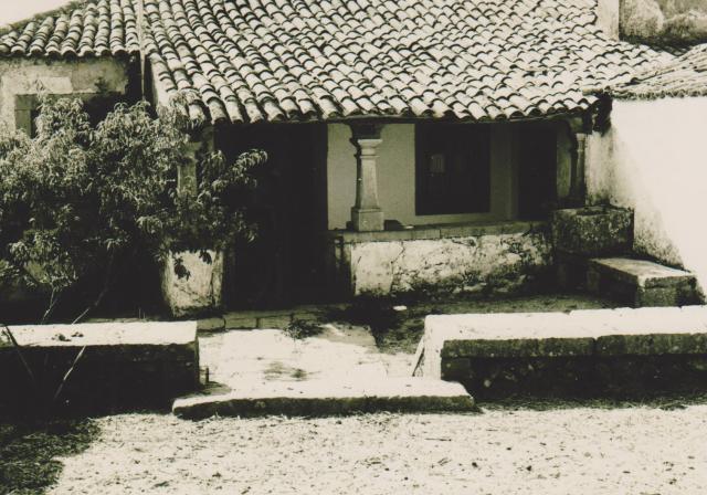 Casa dos padres Rosa, Francisco e Joaquim Rosa, Pedra do Alqueidao, Pia, Alpendre e átrio de entrada