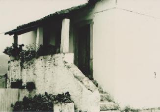 Casa das Saloias na Rua do Ferreiro com Alpendrede colunas e vasos floridos