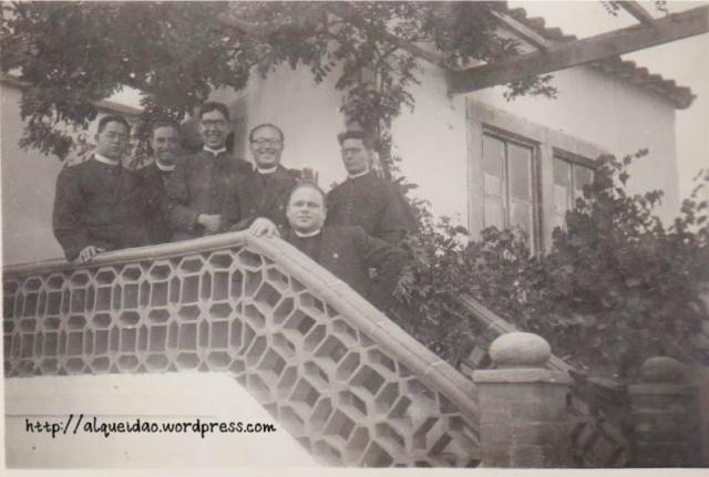 Padre Manuel Ferreira (ao centro, sorridente) com outros padres, na escadaria da Residência Paroquial no Alquiedão